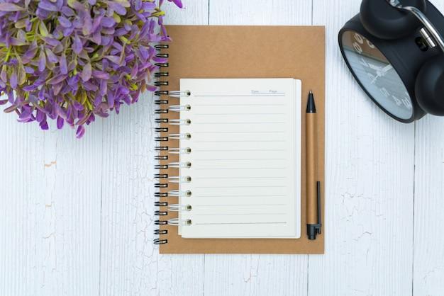 Pusty notatnika papier, pióro na drewnie i