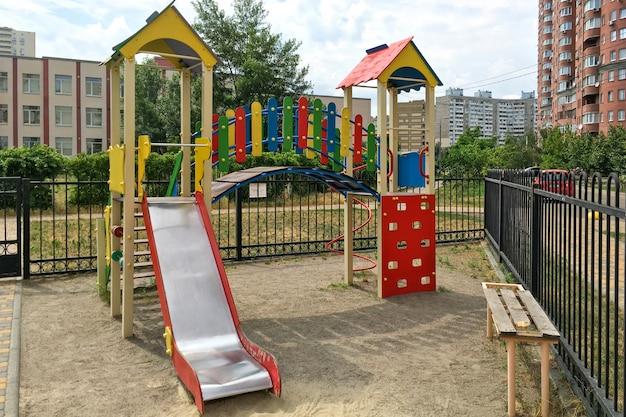Pusty nowoczesny plac zabaw dla dzieci do gier i wypoczynku dla dzieci w dzielnicy mieszkalnej