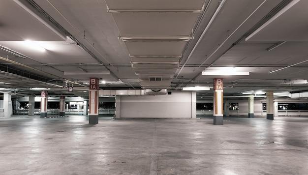 Pusty nowożytny samochodowy garażu wnętrza tło