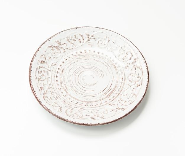 Pusty okrągły biały talerz do dań głównych na białym tle, widok z góry