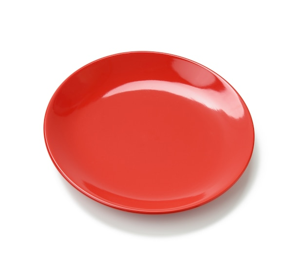 Pusty okrągły czerwony talerz do dań głównych na białym tle na białym tle, widok z góry