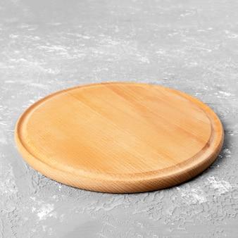 Pusty okrągły drewniany talerz
