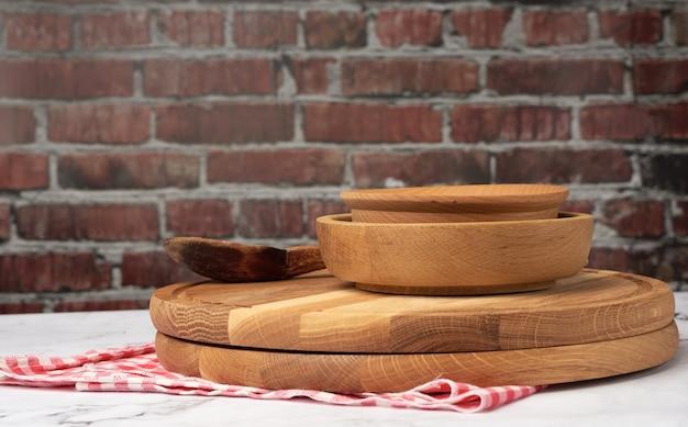 Pusty okrągły talerz i drewniana deska do krojenia