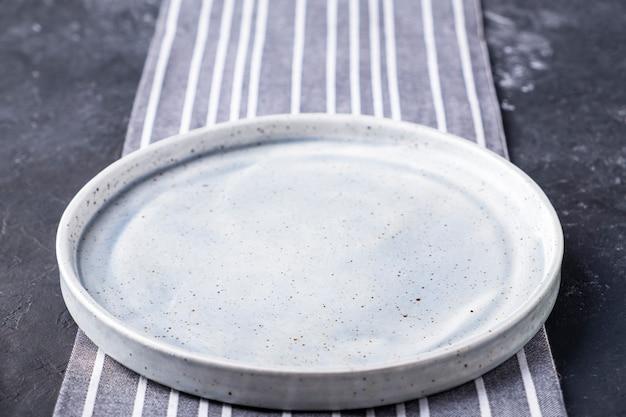 Pusty okrągły talerz.