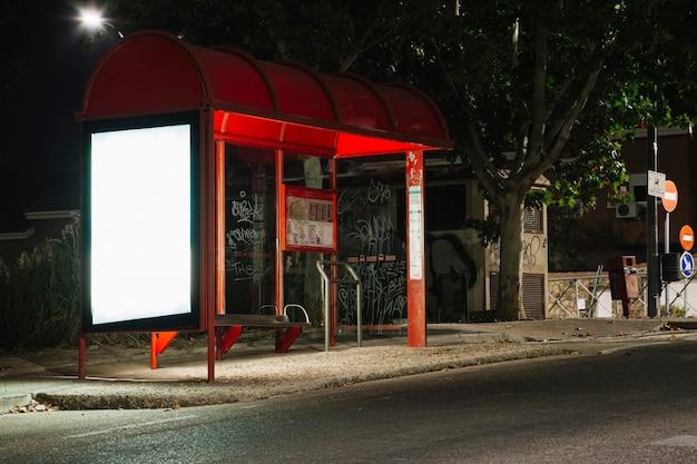 Pusty oświetlony billboard na przystanku autobusowym stacji