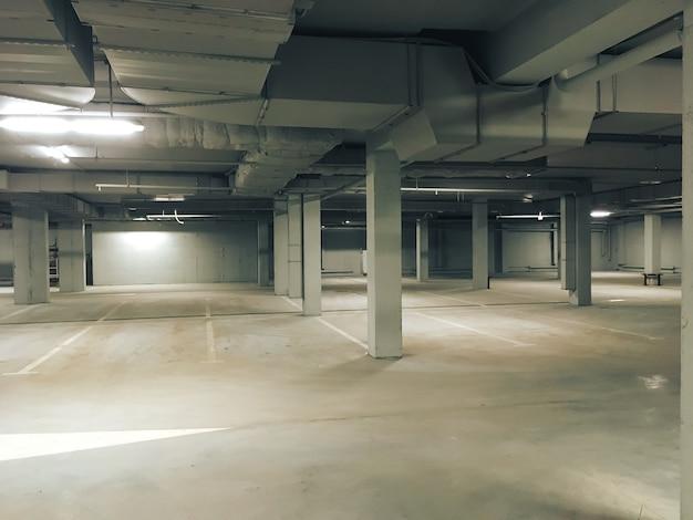 Pusty, oświetlony parking podziemny