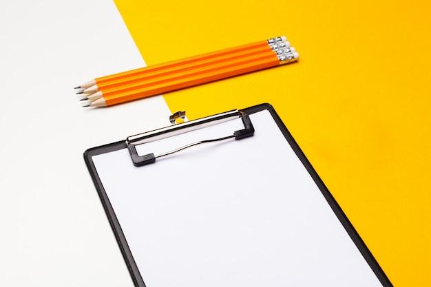 Pusty papier do schowka na jasnożółtym
