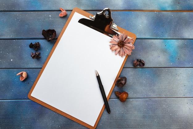 Pusty papier na drewnianym schowku na ciemnej drewnianej podłoga