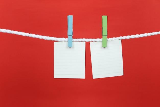Pusty papier na notatki powiesi się na sznurku.