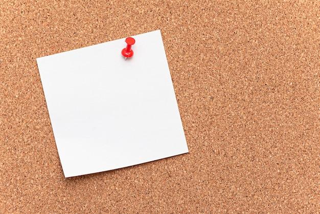 Pusty papier, wiesza na desce jako korkowy drzewo z czerwoną szpilką, pojęcie, biuro
