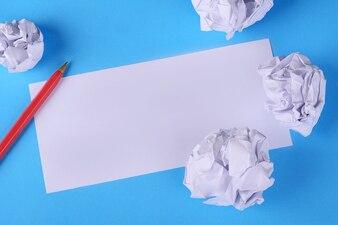 Pusty papier z gniecionymi kulkami papieru