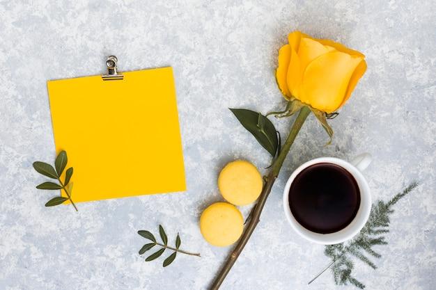 Pusty papier z kolor żółty róży kwiatem i kawą