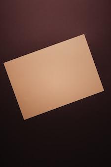 Pusty papierowy beż na ciemnym tle jako materiały biurowe flatlay luksusowy branding flat lay and bra...