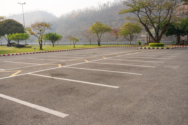 Pusty parking pasa ruchu na zewnątrz w parku.