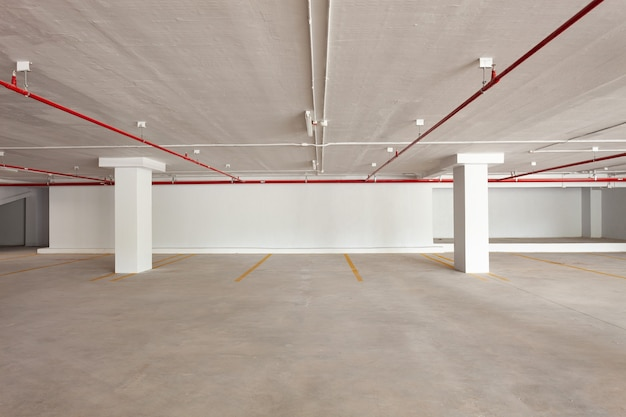 Pusty parking podziemny w mieszkaniu lub budynku biurowym i hipermarkecie.