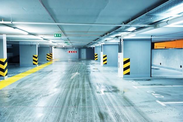 Pusty parking podziemny z miejscami na samochody