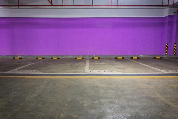 Pusty parking podziemny