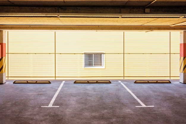 Pusty parking samochodowy