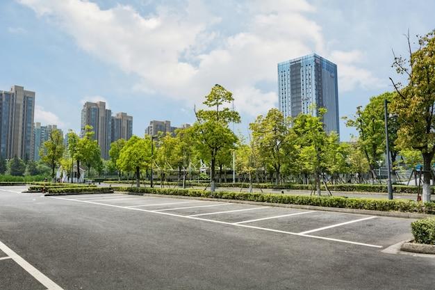 Pusty parking z drzewami
