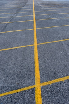 Pusty parking z żółtą linią