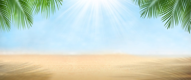 Pusty piasek z plaży na tle krajobrazu niewyraźne
