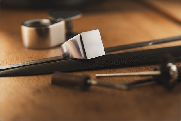 Pusty pierścień z logo pusty sygnet początkowy szablon koncepcji pierścienia dla projektanta jubilera lub sygna...