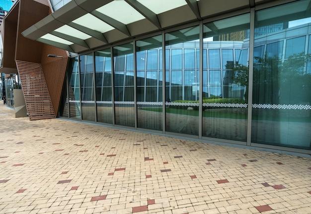 Pusty plac i nowoczesny budynek biurowy, qingdao, chiny