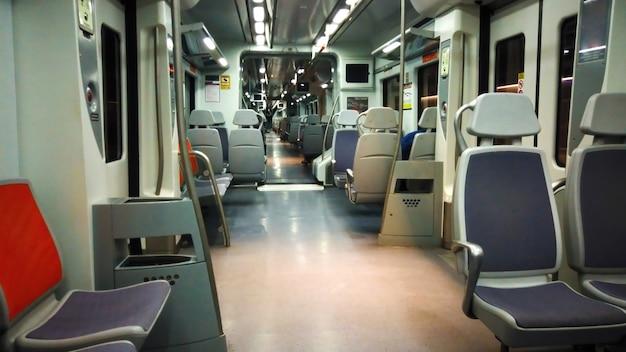 Pusty pociąg metra w barcelonie, hiszpania