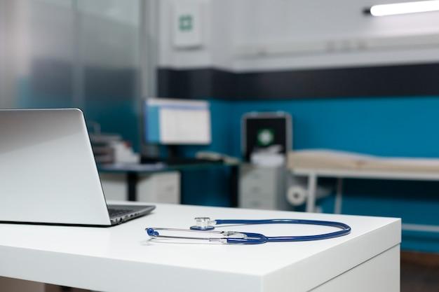 Pusty pokój biurowy lekarzy ze sprzętem medycznym