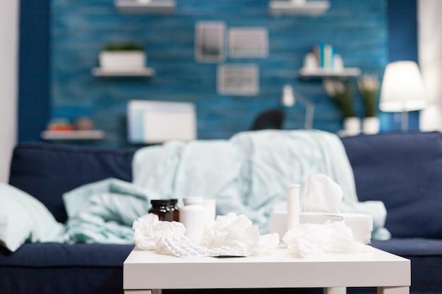Pusty pokój z medycznymi serwetkami i pigułkami