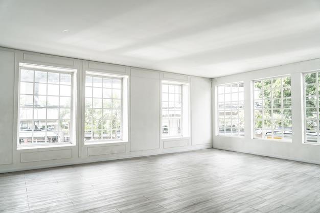 Pusty pokój ze szklanym oknem
