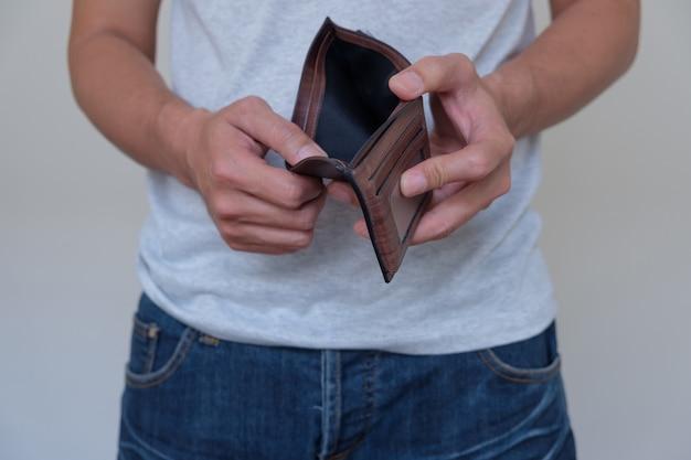 Pusty portfel w ręku.