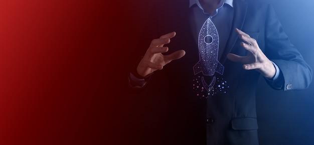 Pusty przedmiot. biznesmen w garniturze na czarnym tle trzyma ręce gest ochronny. gest troski i mecenatu.