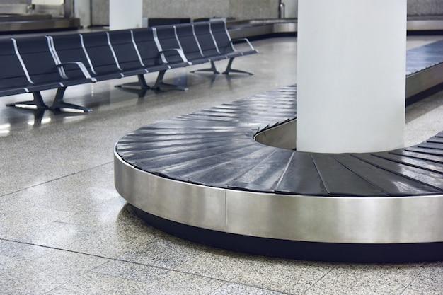 Pusty przenośnik bagażu na lotnisku