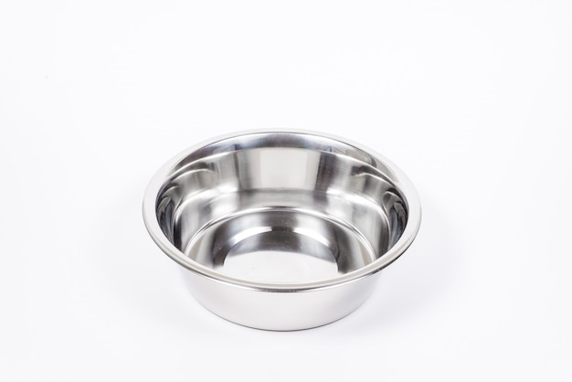 Pusty puchar zwierzęcia domowego na białym tle. metalowa miska na jedzenie i wodę dla kota lub psa