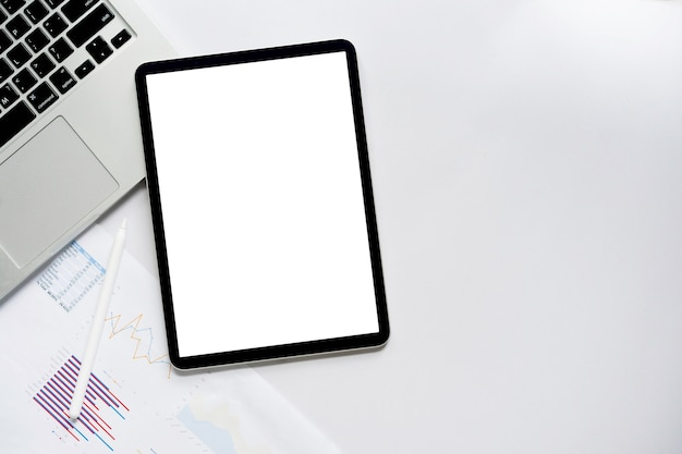 Pusty pulpit nawigacyjny na tablecie ze ścieżką przycinającą z danymi biznesowymi do zarządzania