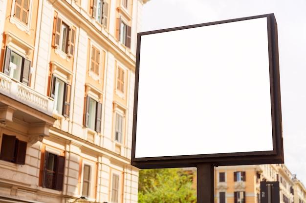 Pusty pusty billboard na ulicy miasta