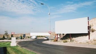 Pusty reklama billboard blisko zakrzywionej drogi