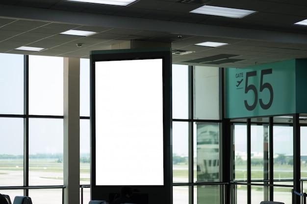 Pusty reklamowy billboard przy lotniskiem.