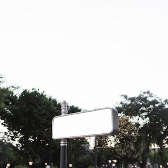 Pusty reklamowy billboard przy outdoors