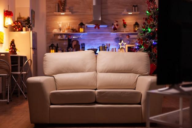 Pusty salon z nowoczesnymi meblami gotowy na święta bożego narodzenia