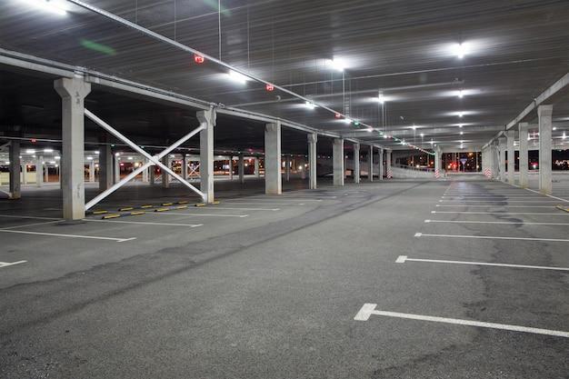 Pusty samochód parkowanie w centrum handlowym podczas pandemii