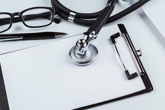 Pusty schowek z nowoczesnym stetoskopem