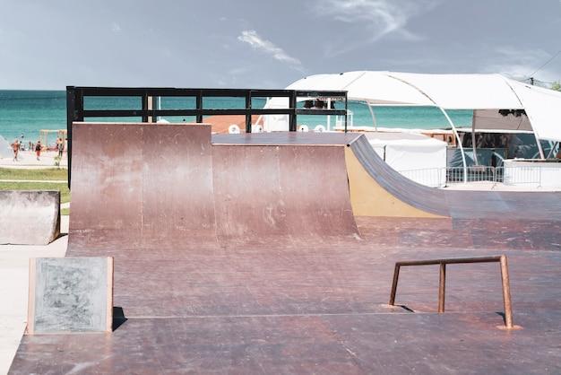 Pusty skatepark w miejskim parku publicznym. miejsce do sportów ekstremalnych freestyle