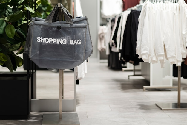 Pusty sklep odzieżowy z torbami na zakupy