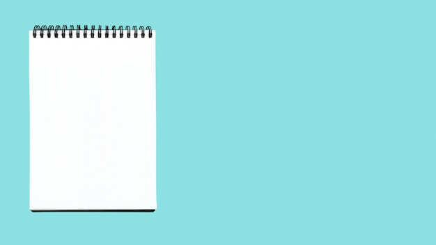 Pusty spiralny notatnik odizolowywający na błękicie