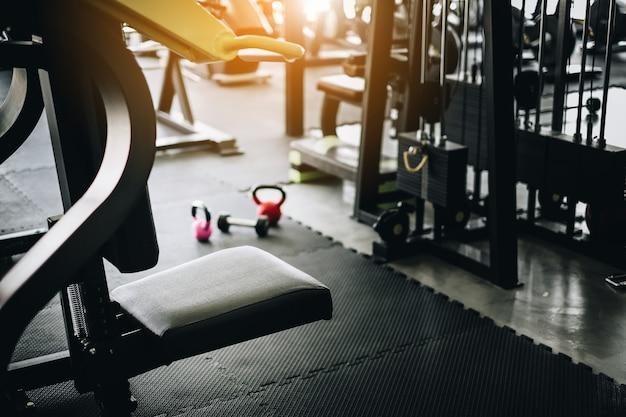 Pusty sprawności fizycznej gym z wyposażenia wnętrzem przy rankiem z wschodem słońca