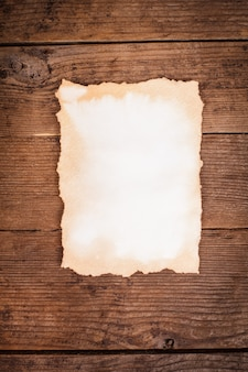 Pusty starzejący się papier na drewnianym tle