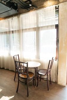 Pusty stół i krzesło w kawiarni kawiarni i restauracji