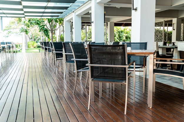 Pusty stół i krzesło w kawiarni